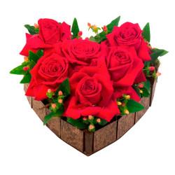 Coração de madeira com 06 rosas impordadas