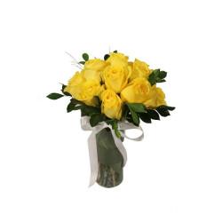 Arranjo de rosas amarelas em vidro