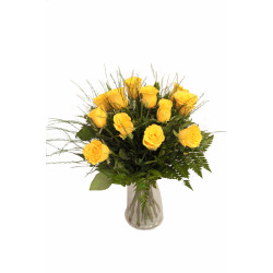 Buquê com 12 rosas amarelas em jarro de vidro