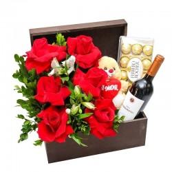 Cesta eu te amo plus. 6 Rosas importadas, Pelúcia, Vinho e Ferrero Rocher