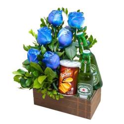 Vamos beber! Caixa de madeira com 2 cervejas, 6 rosas azuis e batatas