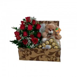 Cesta com pelúcia, chocolate e flores dentro
